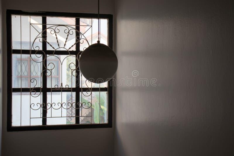 Στρογγυλός λαμπτήρας γυαλιού στο σπίτι, διαμορφωμένα κύκλος lampshades στοκ φωτογραφίες