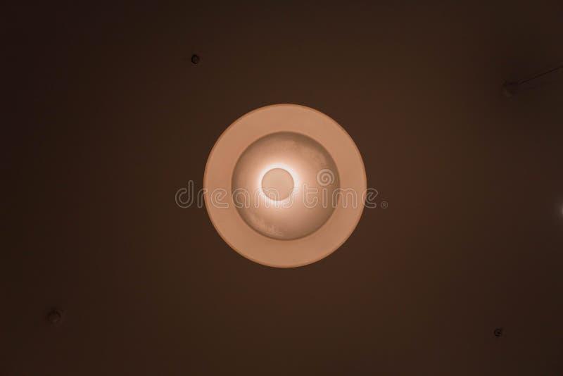 Στρογγυλός λαμπτήρας, δημιουργικός φωτισμός των δημόσιων χώρων στοκ φωτογραφία με δικαίωμα ελεύθερης χρήσης