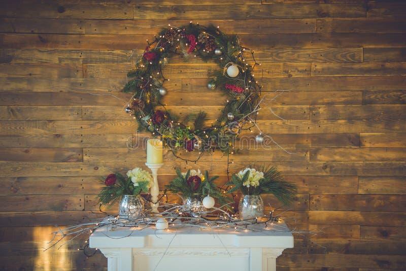 Στρογγυλό βάζο γιρλαντών και λουλουδιών για τα Χριστούγεννα με τα φω'τα στοκ φωτογραφία με δικαίωμα ελεύθερης χρήσης