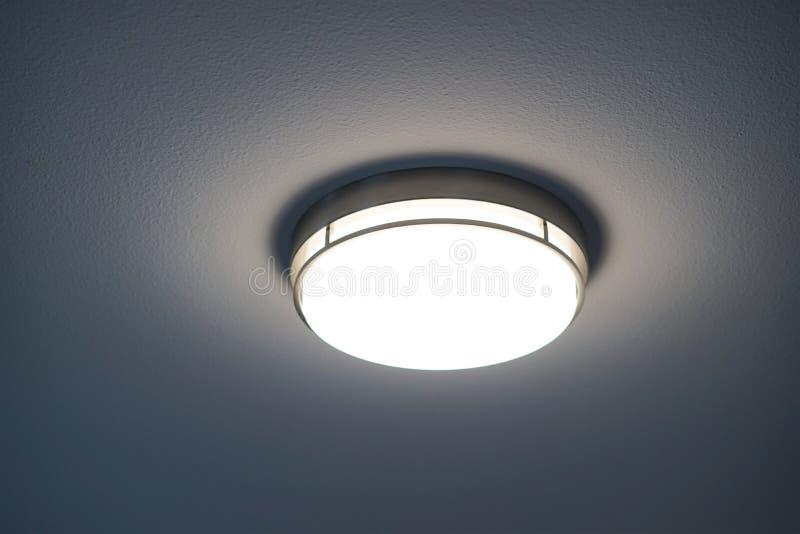 Στρογγυλό ελαφρύ προσάρτημα με τη λάμπα φωτός επάνω στοκ φωτογραφία