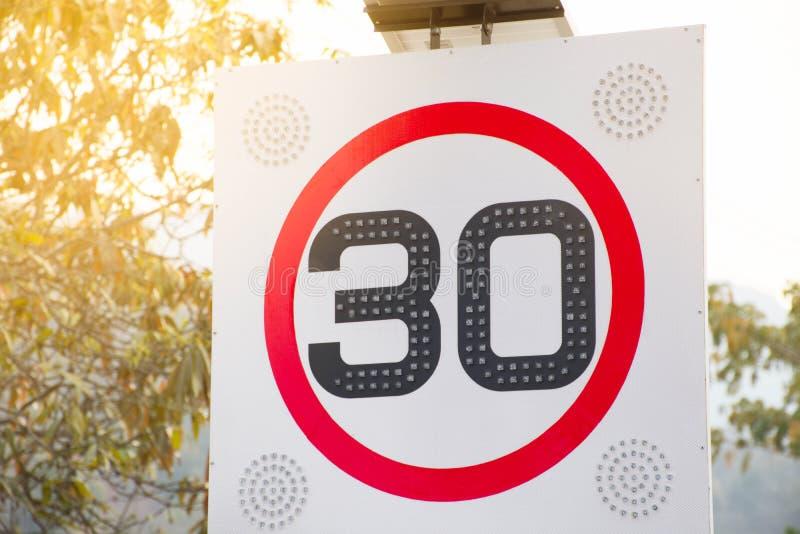Στρογγυλό κόκκινο όριο ταχύτητας οδικών σημαδιών 30 χιλιόμετρα ανά ώρα στοκ φωτογραφίες με δικαίωμα ελεύθερης χρήσης
