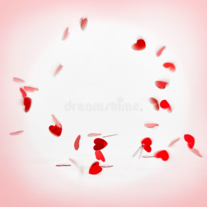 Στρογγυλό πλαίσιο των πετώντας καρδιών στο ρόδινο υπόβαθρο βαλεντίνος ημέρας s Σύμβολο της αγάπης στοκ εικόνες με δικαίωμα ελεύθερης χρήσης
