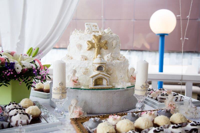 Στρογγυλό πολυ τοποθετημένο στη σειρά κέικ βαπτίσματος στοκ εικόνες