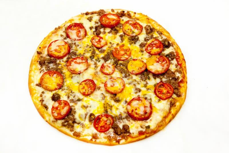 Στρογγυλή πίτσα με το κρέας και τα πράσινα στοκ φωτογραφίες με δικαίωμα ελεύθερης χρήσης