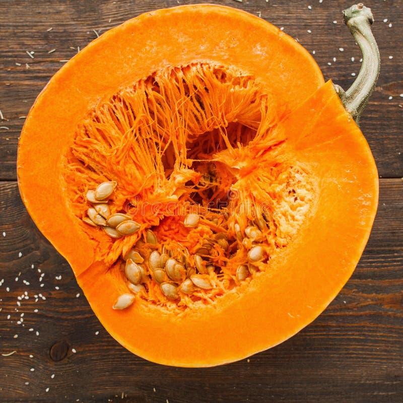 Στρογγυλή πορτοκαλιά κολοκύθα μισή στην περικοπή στοκ εικόνα με δικαίωμα ελεύθερης χρήσης