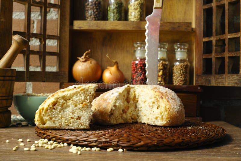 Στρογγυλή φραντζόλα του κατ' οίκον γίνονταυ ψωμιού με το κρεμμύδι στο ύφος επαρχίας στοκ εικόνα