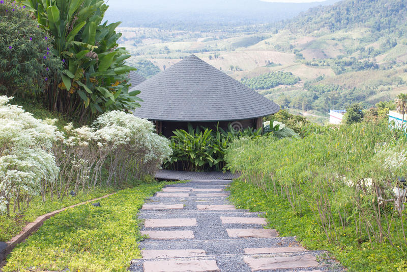 Στρογγυλό ξύλινο σπίτι καλυβών στεγών στους πράσινους λόφους στοκ εικόνες