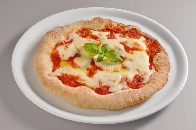 Στρογγυλό πιάτο με την κλασική πίτσα της Νάπολης στοκ εικόνα με δικαίωμα ελεύθερης χρήσης
