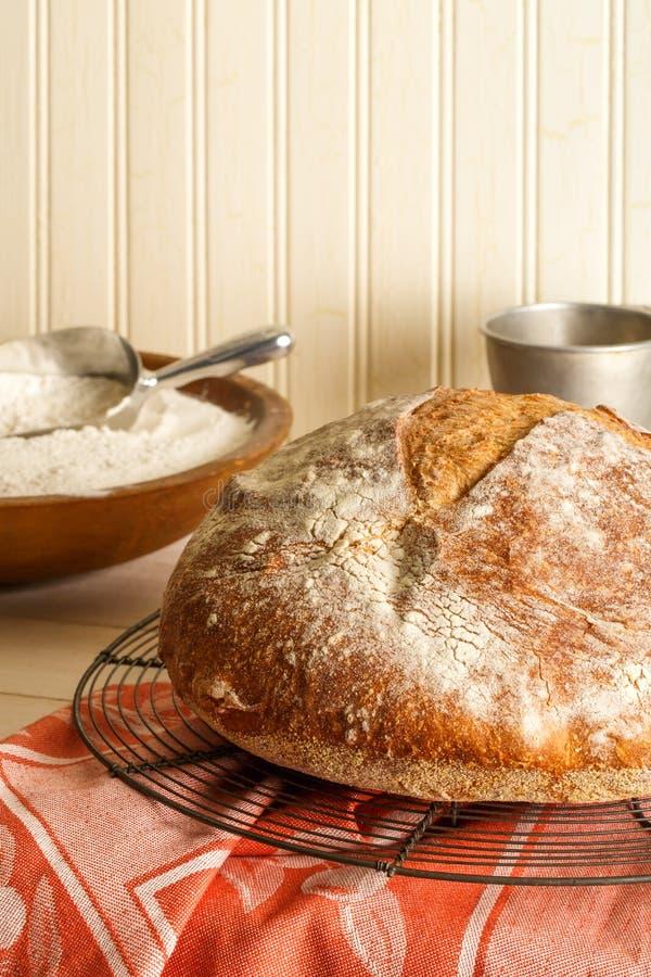 Στρογγυλό χωριάτικο χειροτεχνικό ψωμί στοκ εικόνες