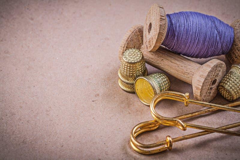 Στροφία των καρφιτσών αγκραφών δακτυληθρών ράβοντας νημάτων στο εκλεκτής ποιότητας backgrou στοκ εικόνες