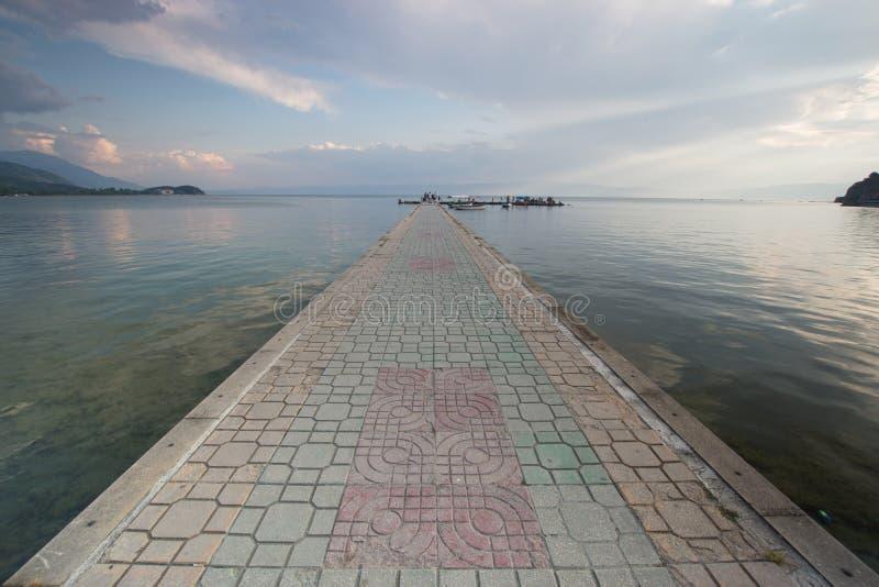 Στρωμένη διαβάθρα πέρα από τη λίμνη Οχρίδα στοκ εικόνα