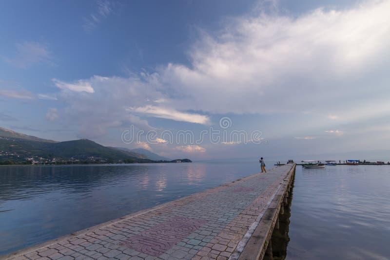 Στρωμένη διαβάθρα πέρα από τη λίμνη Οχρίδα στοκ φωτογραφίες