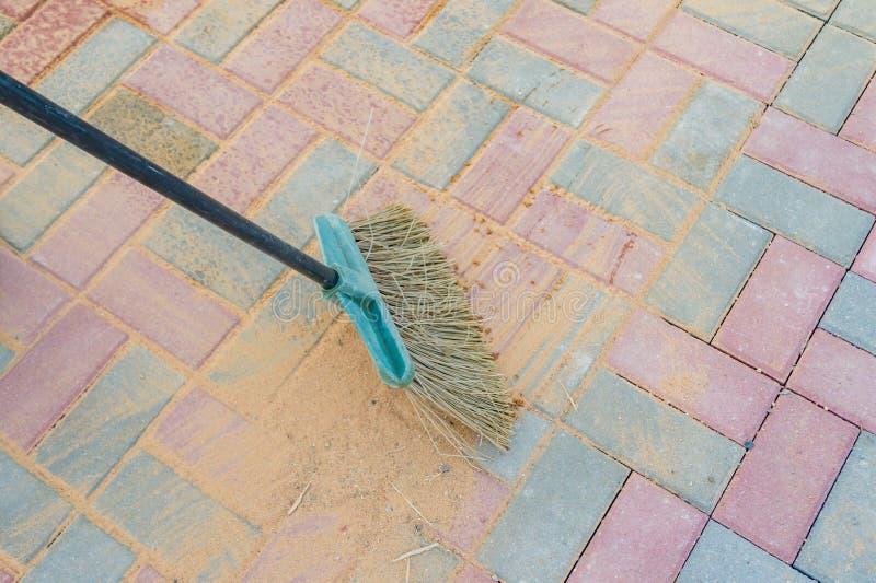 Στρωμένη ισχυρά κτυπήματα διάβαση πεζών σκουπών που εμποτίζεται με την άμμο στοκ εικόνα με δικαίωμα ελεύθερης χρήσης
