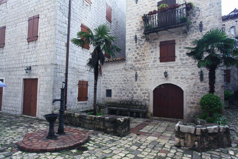 Στρωμένη οδός πετρών στην παλαιά πόλη στοκ φωτογραφία με δικαίωμα ελεύθερης χρήσης