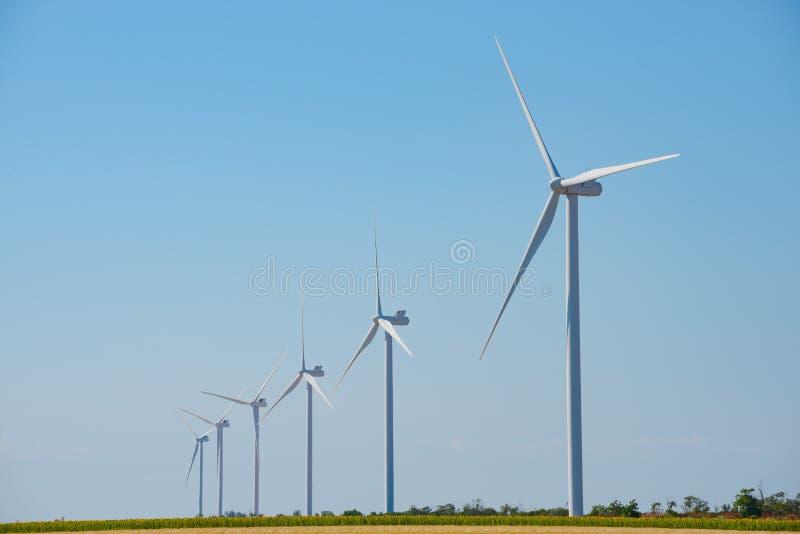 Στρόβιλοι γεννητριών αέρα στο μπλε ουρανό Bacground Πράσινη έννοια ανανεώσιμης ενέργειας στοκ εικόνα
