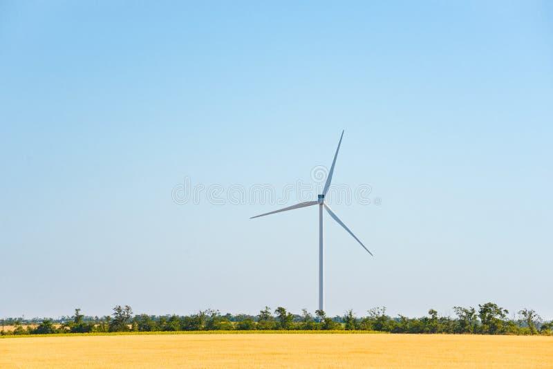 Στρόβιλος γεννητριών αέρα στον τομέα Πράσινη έννοια ανανεώσιμης ενέργειας στοκ εικόνα
