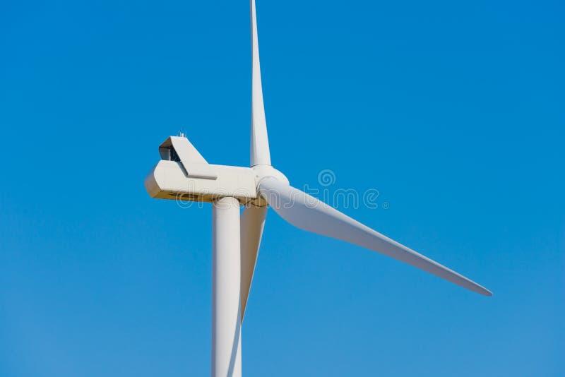 Στρόβιλος γεννητριών αέρα στο μπλε ουρανό Bacground Πράσινη έννοια ανανεώσιμης ενέργειας στοκ φωτογραφίες με δικαίωμα ελεύθερης χρήσης