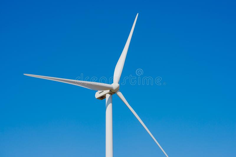 Στρόβιλος γεννητριών αέρα στο μπλε ουρανό Bacground Πράσινη έννοια ανανεώσιμης ενέργειας στοκ εικόνες με δικαίωμα ελεύθερης χρήσης