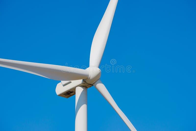Στρόβιλος γεννητριών αέρα στο μπλε ουρανό Bacground Πράσινη έννοια ανανεώσιμης ενέργειας στοκ εικόνα με δικαίωμα ελεύθερης χρήσης