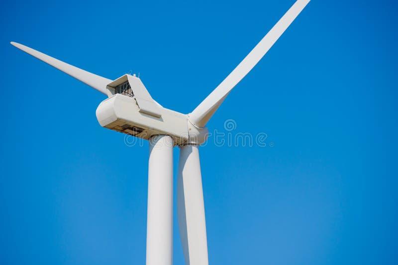 Στρόβιλος γεννητριών αέρα στο μπλε ουρανό Bacground Πράσινη έννοια ανανεώσιμης ενέργειας στοκ εικόνα