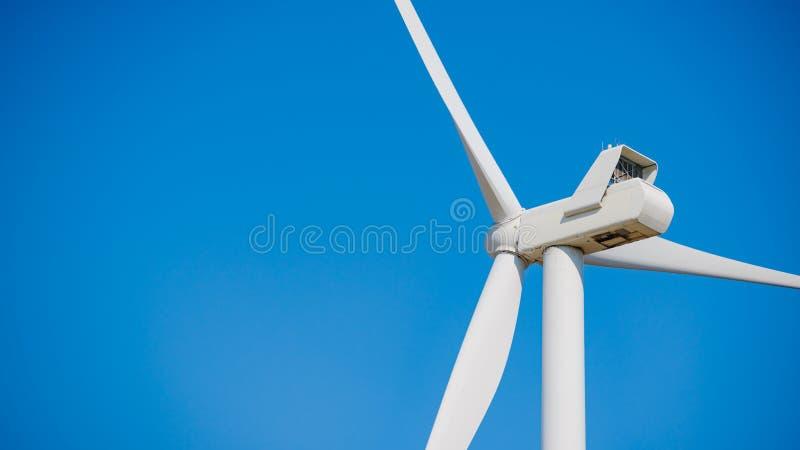 Στρόβιλος γεννητριών αέρα στο μπλε ουρανό Bacground Πράσινη έννοια ανανεώσιμης ενέργειας στοκ εικόνες