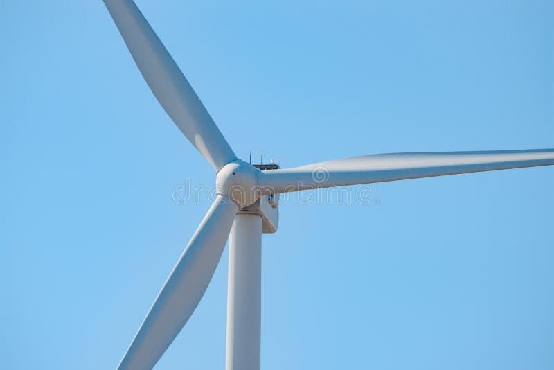 Στρόβιλος γεννητριών αέρα στο μπλε ουρανό Bacground Πράσινη έννοια ανανεώσιμης ενέργειας στοκ φωτογραφία