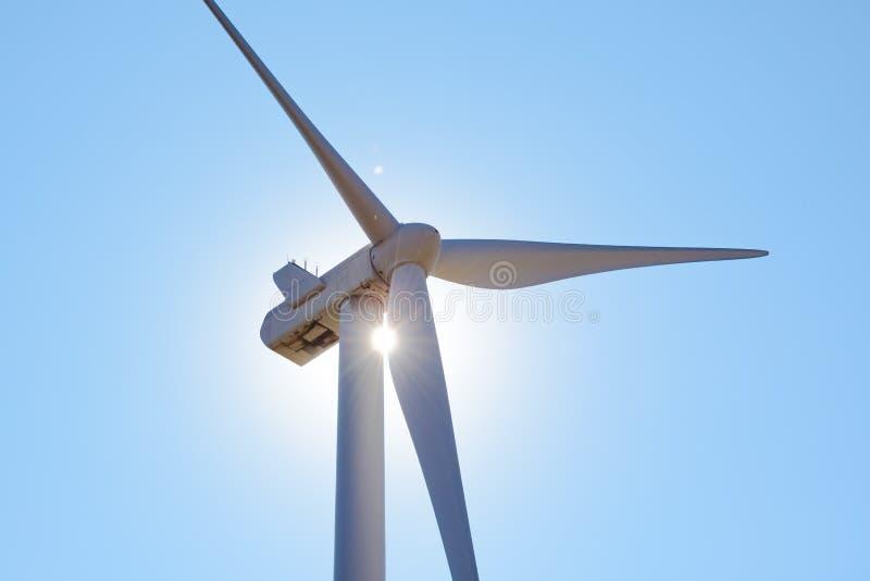 Στρόβιλος γεννητριών αέρα στο φωτεινό φως ήλιων στο μπλε ουρανό Bacground Πράσινη έννοια ανανεώσιμης ενέργειας στοκ εικόνα