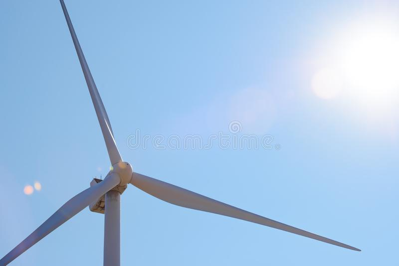 Στρόβιλος γεννητριών αέρα στο φωτεινό φως ήλιων στο μπλε ουρανό Bacground Πράσινη έννοια ανανεώσιμης ενέργειας στοκ φωτογραφίες με δικαίωμα ελεύθερης χρήσης