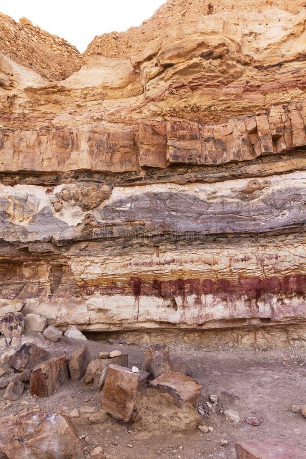 Στρώματα χώματος και βράχου του Makhtesh Ramon στοκ εικόνες