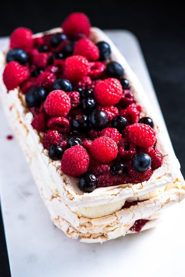 Download Στρώματα Pavlova μαρέγκας με τα θερινά φρούτα Στοκ Εικόνες - εικόνα από περίκομψος, υπερυψωμένος: 62724884