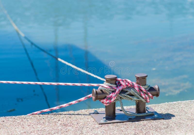 Στυλίσκος μαρινών bitt στο λιμενοβραχίονα για το moori βαρκών, σκαφών και γιοτ στοκ εικόνες