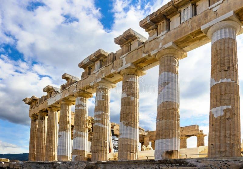 Στυλοβάτες Parthenon στην Αθήνα που αναδημιουργείται με το παλαιό και νέο μάρμαρο ενάντια σε έναν όμορφους ουρανό και μηχανήματα  στοκ φωτογραφία με δικαίωμα ελεύθερης χρήσης