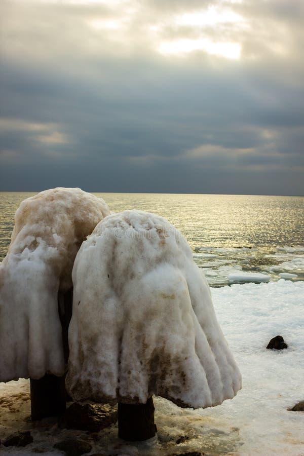 Στυλοβάτης λιμενοβραχιόνων που καλύπτεται με το χιόνι, που μοιάζει με ένα μανιτάρι στοκ εικόνα
