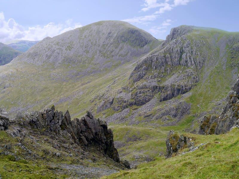 Στυλοβάτης στην πλάτη που βλέπει από το μακρύ βράχο, περιοχή λιμνών στοκ φωτογραφίες με δικαίωμα ελεύθερης χρήσης