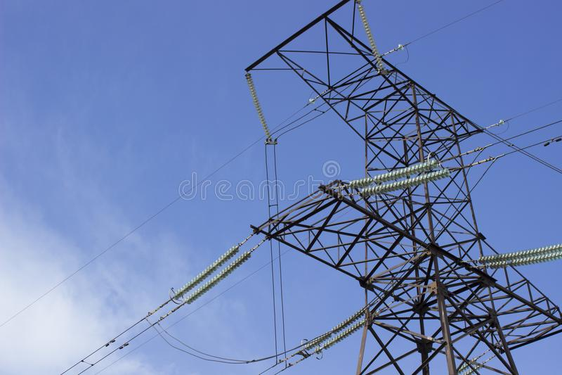 Στυλοβάτης της ηλεκτρικής γραμμής μετάδοσης στο κλίμα ουρανού στοκ φωτογραφίες με δικαίωμα ελεύθερης χρήσης