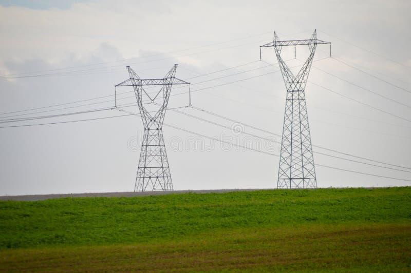Στυλοβάτης, χλόη και ουρανός υψηλής τάσης ηλεκτρικός στοκ φωτογραφία με δικαίωμα ελεύθερης χρήσης