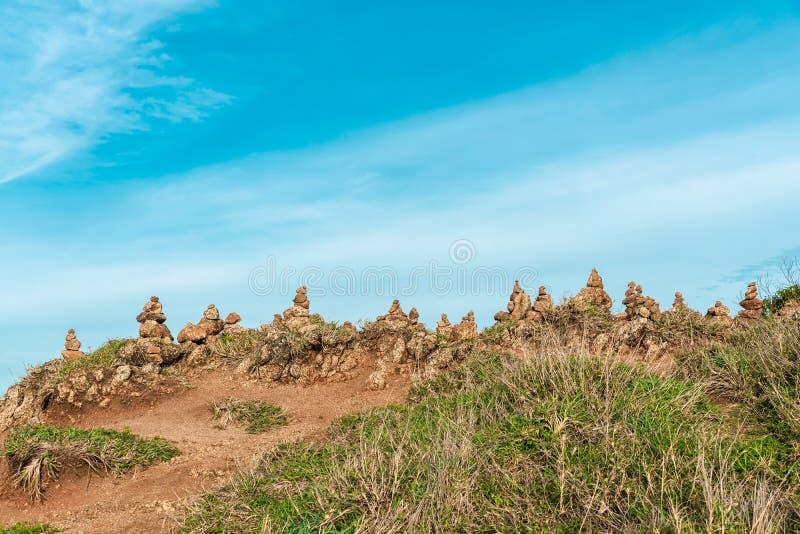 Στυλ Zen Πυραμίδα από πέτρες στο Phrom Thep Cape, Ορόσημο στην Ταϊλάνδη, Αυτή η κάπα είναι ένα δημοφιλές ηλιοβασίλεμα στοκ εικόνα με δικαίωμα ελεύθερης χρήσης