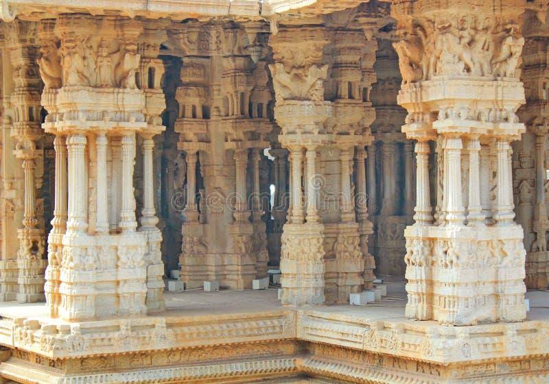 Στυλοβάτες μέσα σε έναν ινδό ναό σε Hampi, Ινδία στοκ εικόνες
