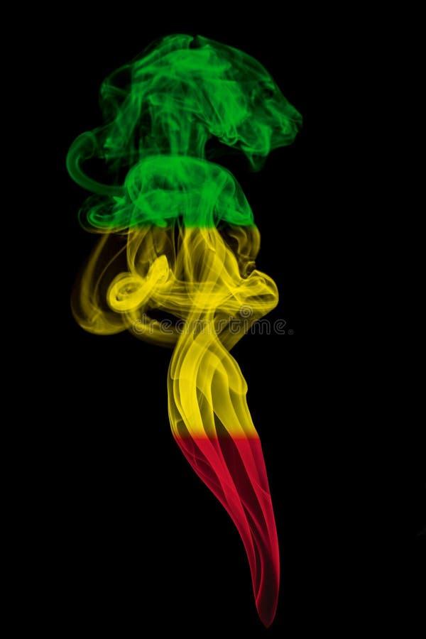Στυλοβάτης καπνού που χρωματίζεται στη σημαία των reggae στοκ φωτογραφίες