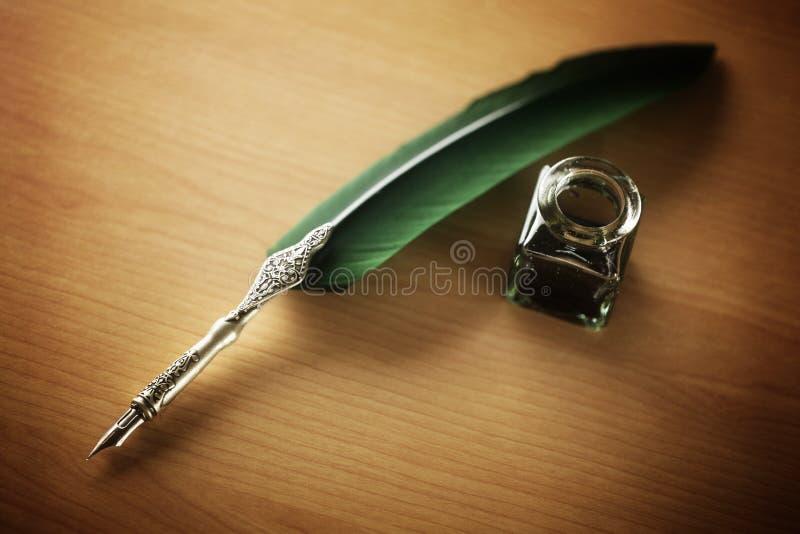 Στυλός και μελάνι καλαμιών καλά στο γραφείο στοκ φωτογραφία με δικαίωμα ελεύθερης χρήσης