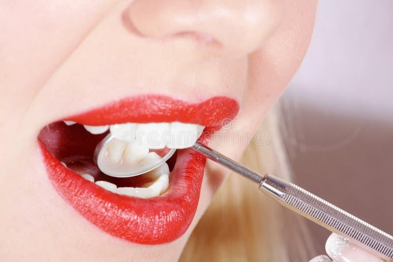 Στόμα και δόντια κινηματογραφήσεων σε πρώτο πλάνο στοκ φωτογραφία με δικαίωμα ελεύθερης χρήσης
