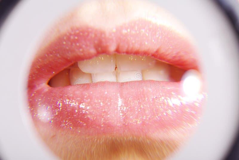 Στόμα και δόντια κινηματογραφήσεων σε πρώτο πλάνο στοκ εικόνες