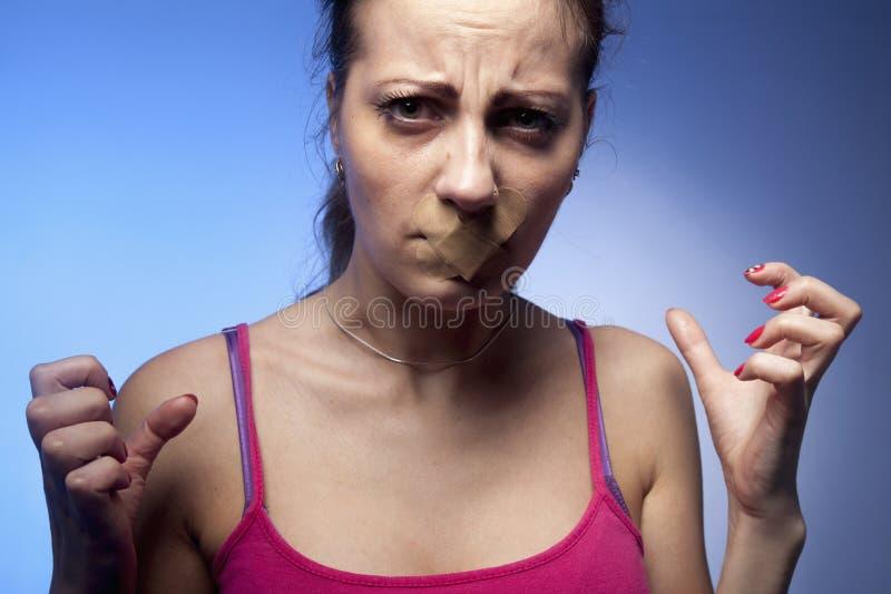 Στόμα που σφραγίζεται που κλείνει ως σύμβολο της ανισότητας γένους, βία και στοκ εικόνες