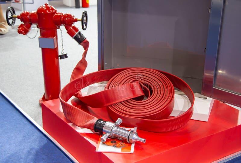 Στόμιο υδροληψίας πυρκαγιάς με τη μάνικα πυρκαγιάς στοκ εικόνα με δικαίωμα ελεύθερης χρήσης
