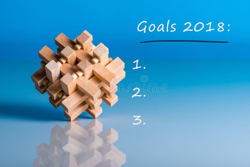 Στόχοι 2018 Για να κάνει τον κατάλογο για το επόμενο έτος Υπόμνημα στο μπλε υπόβαθρο με το ξύλινο πειρακτήριο εγκεφάλου στοκ φωτογραφίες