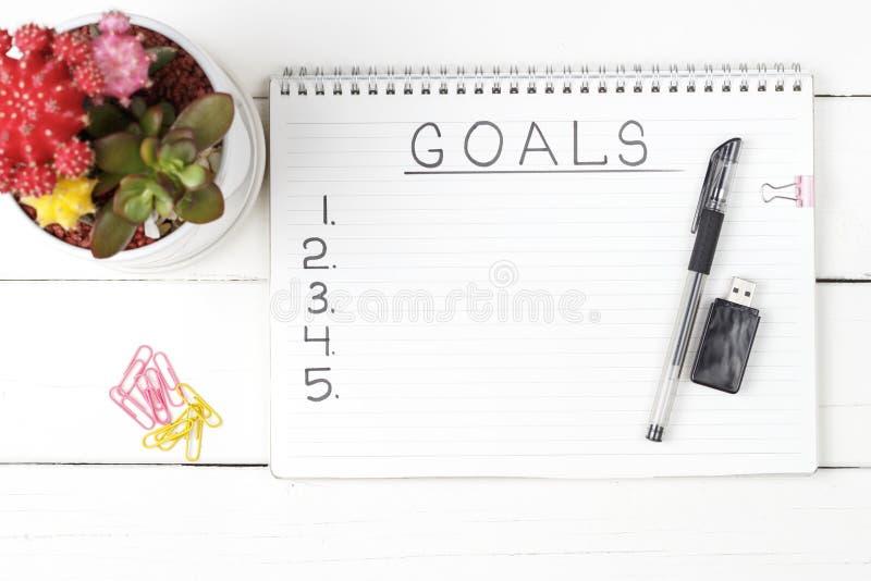 Στόχοι επιγραφής σε ένα σημειωματάριο, κινηματογράφηση σε πρώτο πλάνο, τοπ άποψη, έννοια του προγραμματισμού, θέτοντας σκοπός στοκ εικόνες με δικαίωμα ελεύθερης χρήσης