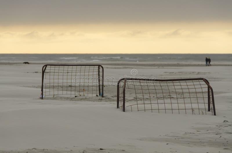 Στόχοι ποδοσφαίρου σε μια παραλία στο ηλιοβασίλεμα στοκ φωτογραφίες με δικαίωμα ελεύθερης χρήσης