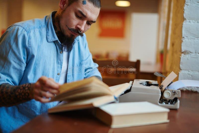 Συγγραφέας παλιού σχολείου Hipster που εργάζεται στο βιβλίο του στοκ φωτογραφία με δικαίωμα ελεύθερης χρήσης
