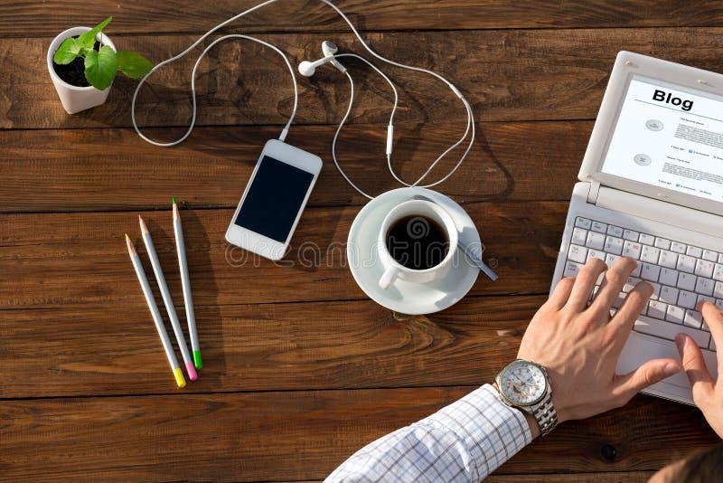 Συγγραφέας που εργάζεται στον υπολογιστή στο ξύλινο γραφείο στοκ εικόνα με δικαίωμα ελεύθερης χρήσης