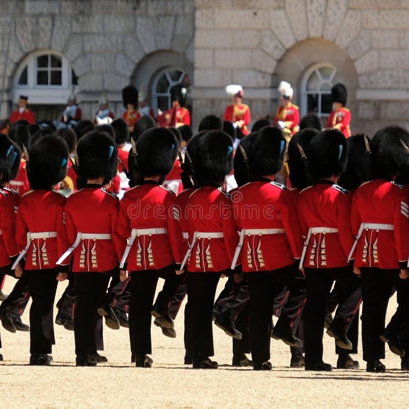 Συγκέντρωση της τελετής χρώματος, Λονδίνο UK Στρατιώτες Μάρτιος στην προσοχή στοκ εικόνα με δικαίωμα ελεύθερης χρήσης